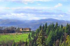 Belle nature dans les montagnes, le ciel bleu et les arbres photos stock