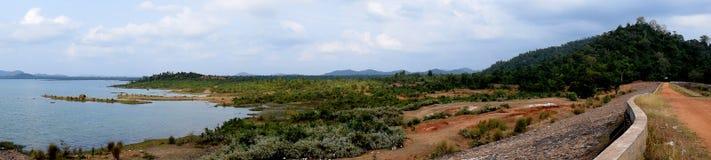 Belle nature des corps et de la montagne de l'eau de route de consister d'Inde photo stock