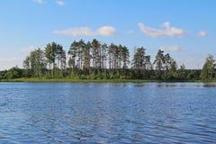 Belle nature - lac de forêt avec de l'eau bleu Monde de beaut?, Russie photos stock