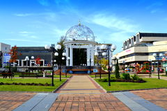 Belle nouvelle place de ville bulgare Photographie stock