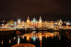 Belle nuit à Amsterdam illumination des bâtiments Photo libre de droits