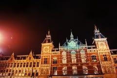 Belle nuit à Amsterdam illumination des bâtiments Image stock