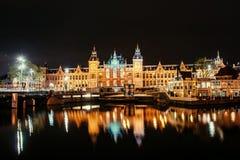 Belle nuit à Amsterdam illumination des bâtiments Photos stock