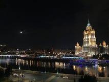 Belle nuit lumineuse à Moscou photographie stock libre de droits