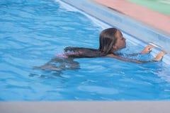 Belle nuotate nello stagno, bambina sveglia della bambina in stagno nel giorno soleggiato Piccola ballerina immagini stock libere da diritti