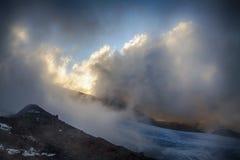 Belle nuvole al tramonto in alte montagne Fotografia Stock
