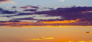 Belle nuvole arancio sul tramonto Fotografia Stock