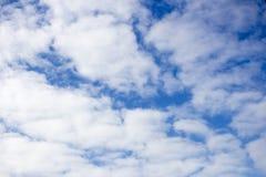 Belle nuvole bianche contro cielo blu Fondo e struttura pacifici Con lo spazio della copia immagini stock