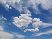Belle nuvole lanuginose bianche su cielo blu, cloudscape fotografia stock libera da diritti