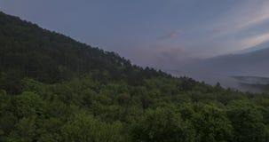 Belle nuvole nebbiose della foresta e di tramonto della foschia stock footage