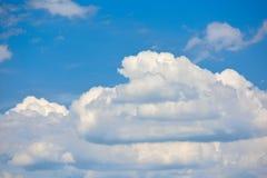 Belle nuvole nel cielo di estate nella distanza Fotografie Stock