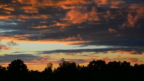 Belle nuvole rosse al tramonto video d archivio