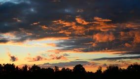 Belle nuvole rosse al tramonto stock footage
