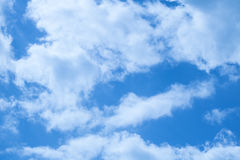 Belle nuvole su un cielo blu profondo Immagini Stock Libere da Diritti