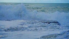 Belle onde blu del mar Mediterraneo, bello paesaggio, cielo blu Immagini Stock Libere da Diritti