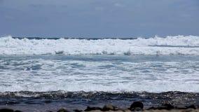 Belle onde cean alla spiaggia Le Isole Canarie spain stock footage