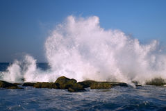 Belle onde che colpiscono le rocce 2 della linea costiera Fotografia Stock