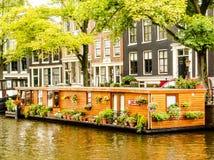 Belle péniche dans un canal d'Amsterdam Photos stock