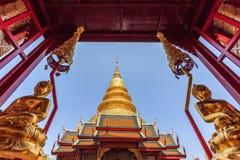 Belle pagoda d'or avec le premier plan de Bouddha photo libre de droits