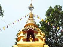 Belle pagoda d'or et un ciel bleu clair images stock