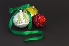 Belle palle di natale con il nastro verde Fotografie Stock Libere da Diritti