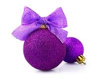 Belle palle porpora brillanti di natale con il nastro luminoso Immagine Stock