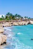 Belle Palm Beach, vagues de mer d'éclaboussure et ciel bleu. Ras Um Sid Photos stock