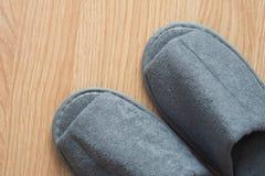 Belle pantoufle sur le plancher en bois Photos libres de droits