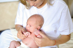 Belle participation femelle dans des mains nouveau-nées et des étreintes, des sourires et c Photo stock