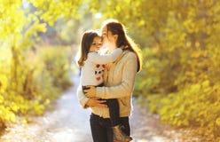 Belle passeggiate della madre e del bambino della foto di autunno di stile di vita Fotografie Stock