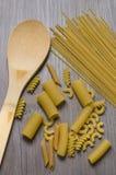 Belle paste miste e cucchiaio di legno immagine stock libera da diritti