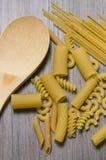Belle paste miste e cucchiaio di legno immagini stock