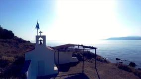 Belle petite église avec la mer à l'arrière-plan banque de vidéos