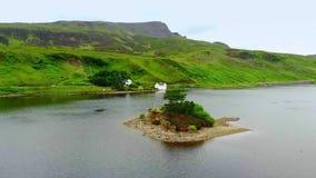 Belle petite île sur un lac à l'île de Skye en Ecosse banque de vidéos
