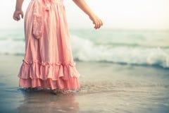 Belle petite fille à la plage Crème de Sunblock pour des enfants Photos stock