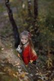Belle petite fille appréciant la nature un jour ensoleillé Images stock