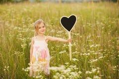 Belle petite fille avec amour de plat Image libre de droits