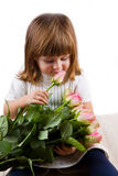 Belle petite fille avec des fleurs de roses Photo libre de droits