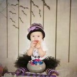 Belle petite fille avec la trisomie 21 dans un costume une petite sorcière Photos stock