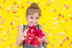 Belle petite fille avec un cadeau photo libre de droits