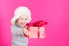 Belle petite fille avec un cadeau Image libre de droits