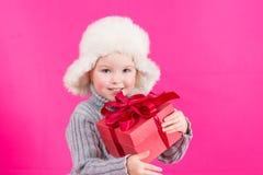 Belle petite fille avec un cadeau Photographie stock