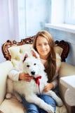 Belle petite fille avec un chien Le concept de l'amitié et Photos libres de droits