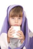 Belle petite fille avec une cuvette de thé Photographie stock