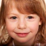 Belle petite fille rousse drôle. Images stock