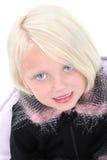 Belle petite fille dans la jupe noire avec la garniture de clavette Photographie stock