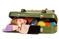 Belle petite fille dans la valise image stock
