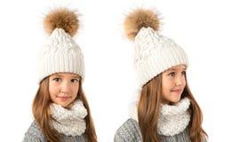 Belle petite fille dans le chapeau et l'écharpe blancs chauds d'hiver sur le blanc Vêtements d'hiver d'enfants Photos stock