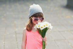 Belle petite fille de hippie avec des fleurs image stock