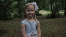 Belle petite fille en parc sur un fond des bulles de savon banque de vidéos